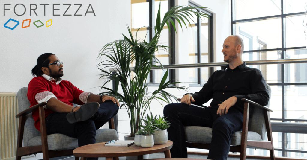 Twee mannen bij Fortezza op sollicitatie gesprek en stellen slimme vragen